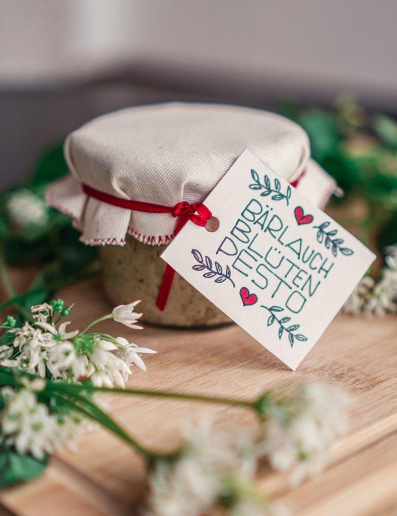 Bärlauch-Blüten-Pesto mit Geschenkanhänger
