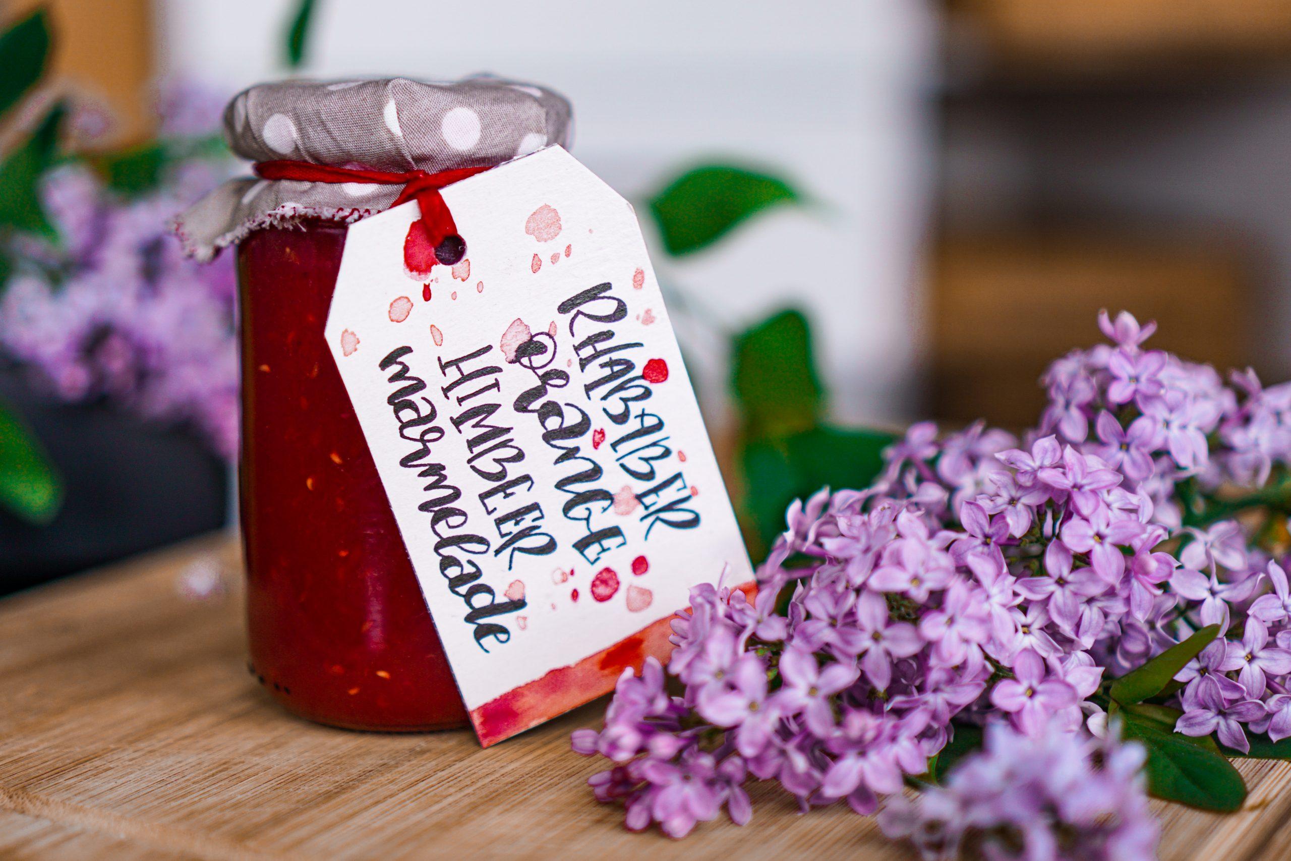 Marmeladenglas mit Blumen und Anhänger