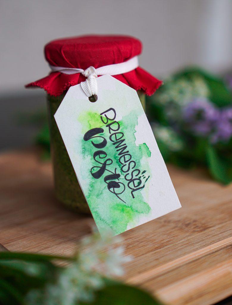 Brennnessel-Pesto mit Geschenkanhänger