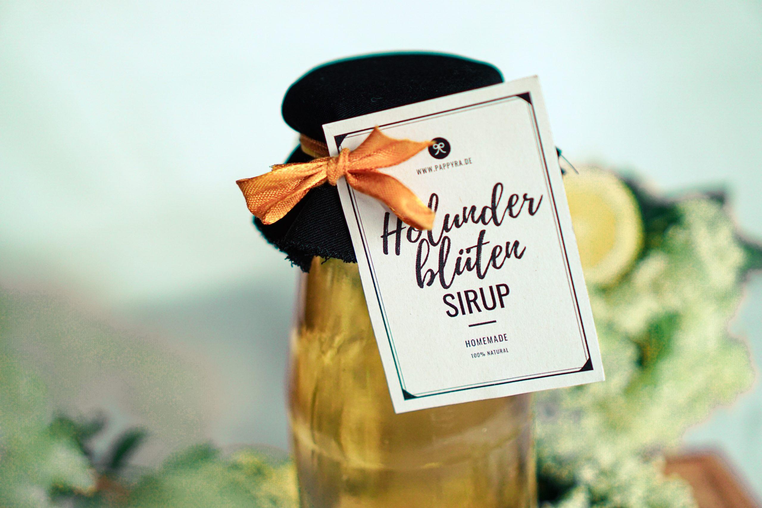Holunderblütensirup mit Etikett als Geschenkidee