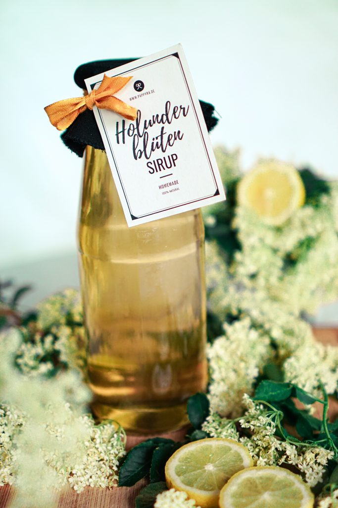 Holunderblütensirup mit Geschenkanhänger als Geschenkidee