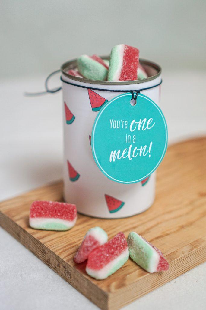 Konservendose zu Geschenkdose upgecycelt mit Geschenkanhänger und Melonen