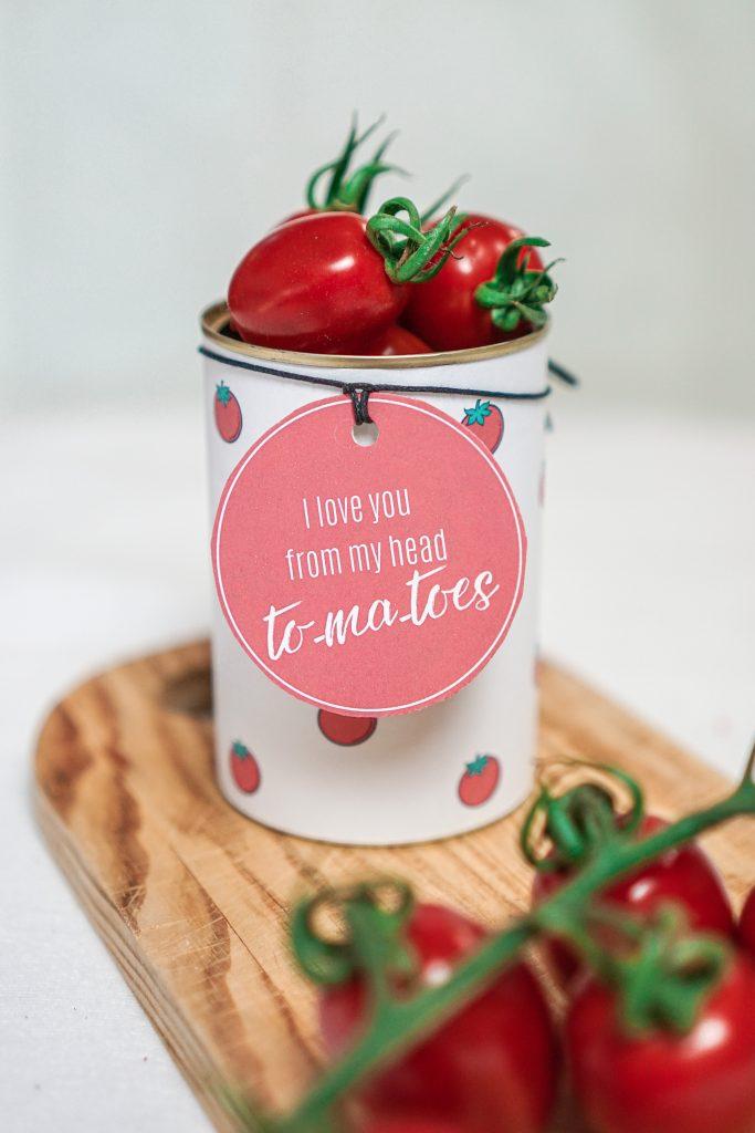 Konservendose zu Geschenkdose upgecycelt mit Geschenkanhänger und Tomaten