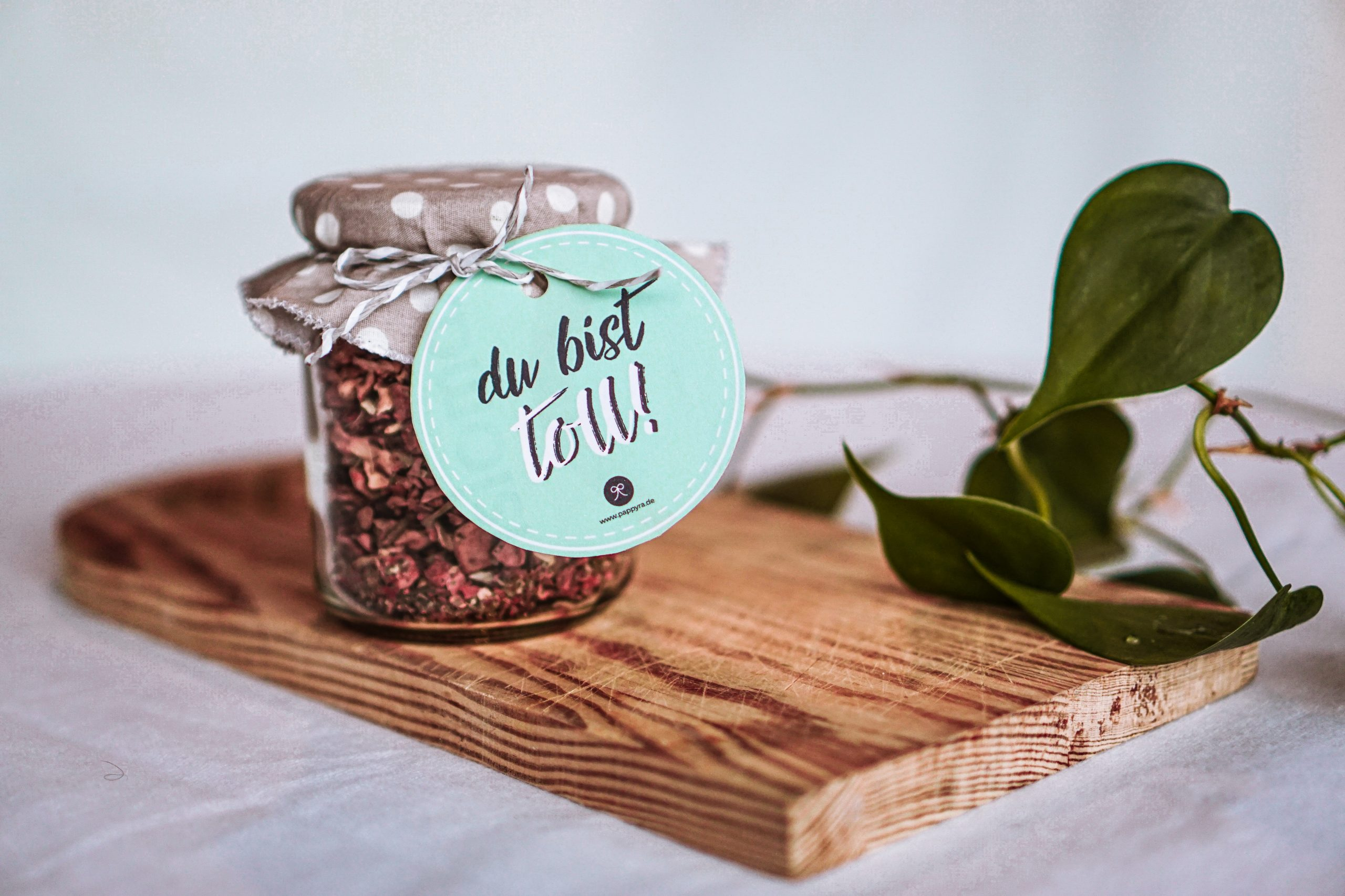 """Tee im Einwegglas mit """"Du bist toll""""-Geschenkanhänger"""