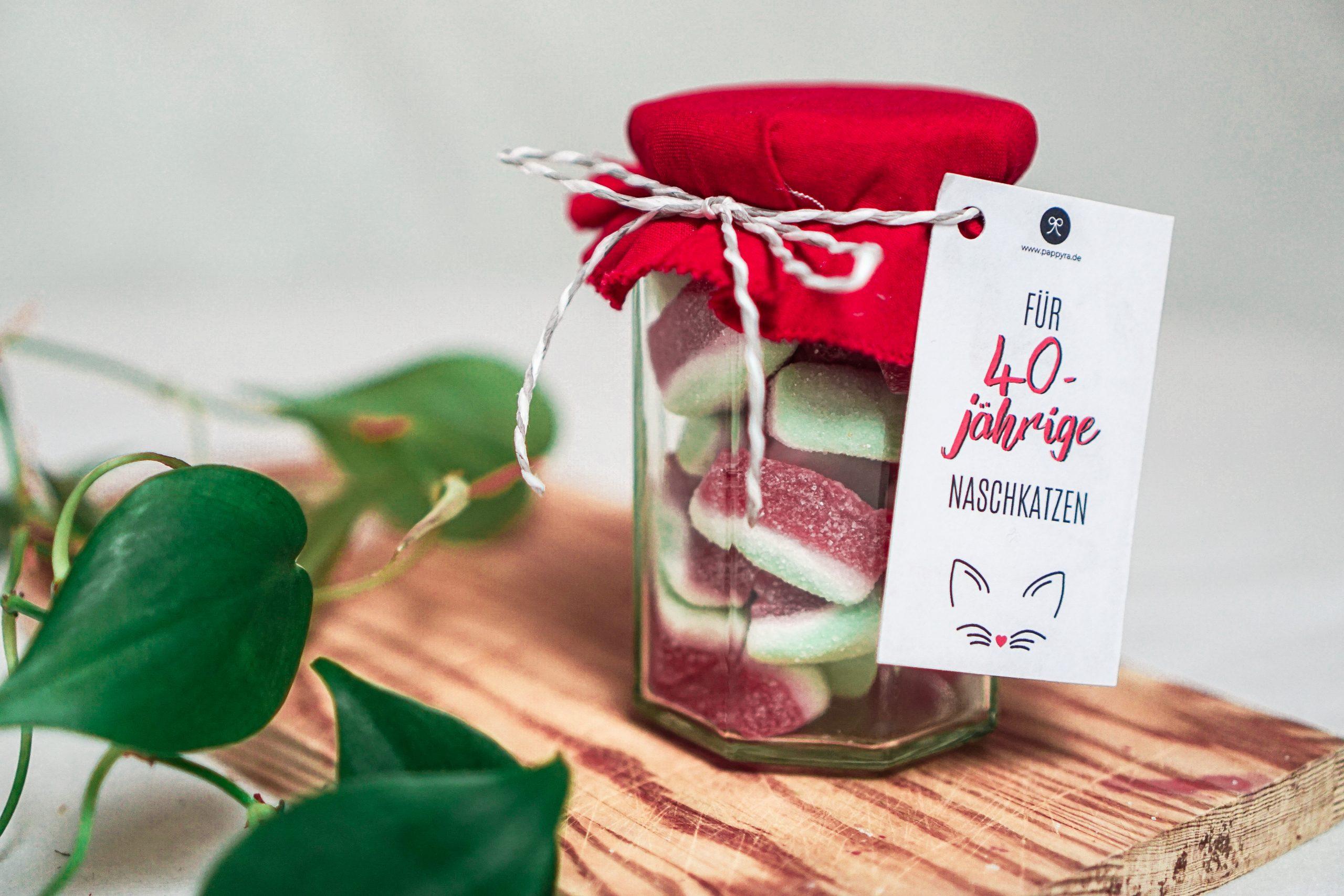 Gummibärchen im Einwegglas mit Geburtstags-Geschenkanhänger