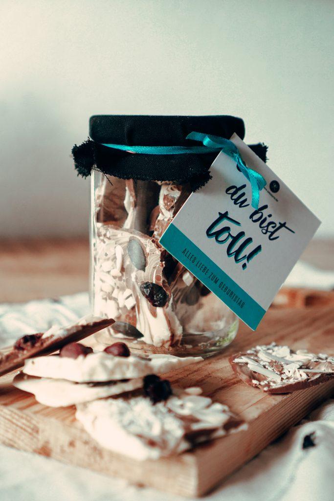 Selbstgemachte Bruchschokolade im Einwegglas e mit Geschenkanhänger