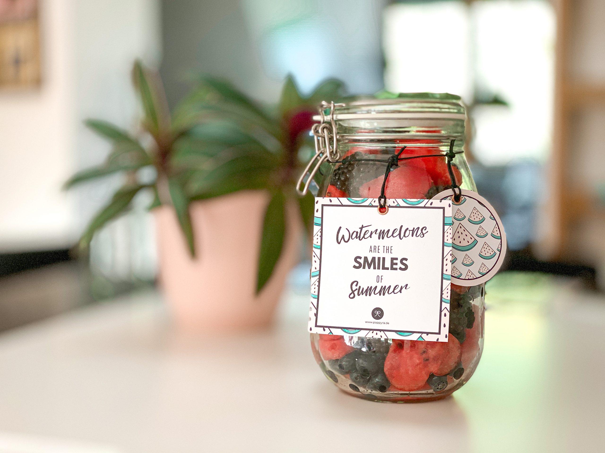 Wassermelonen-Herzen in Einmachglas mit Geschenkanhänger