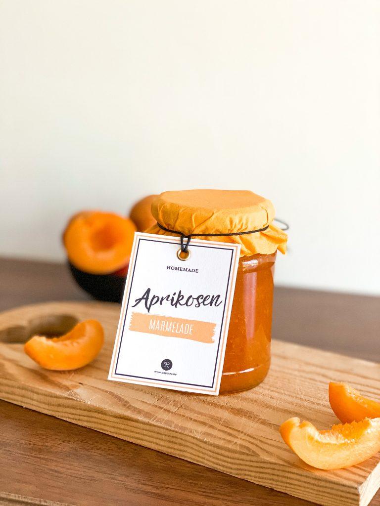 Selbstgemachte Aprikosenmarmelade mit schönem Etikett,