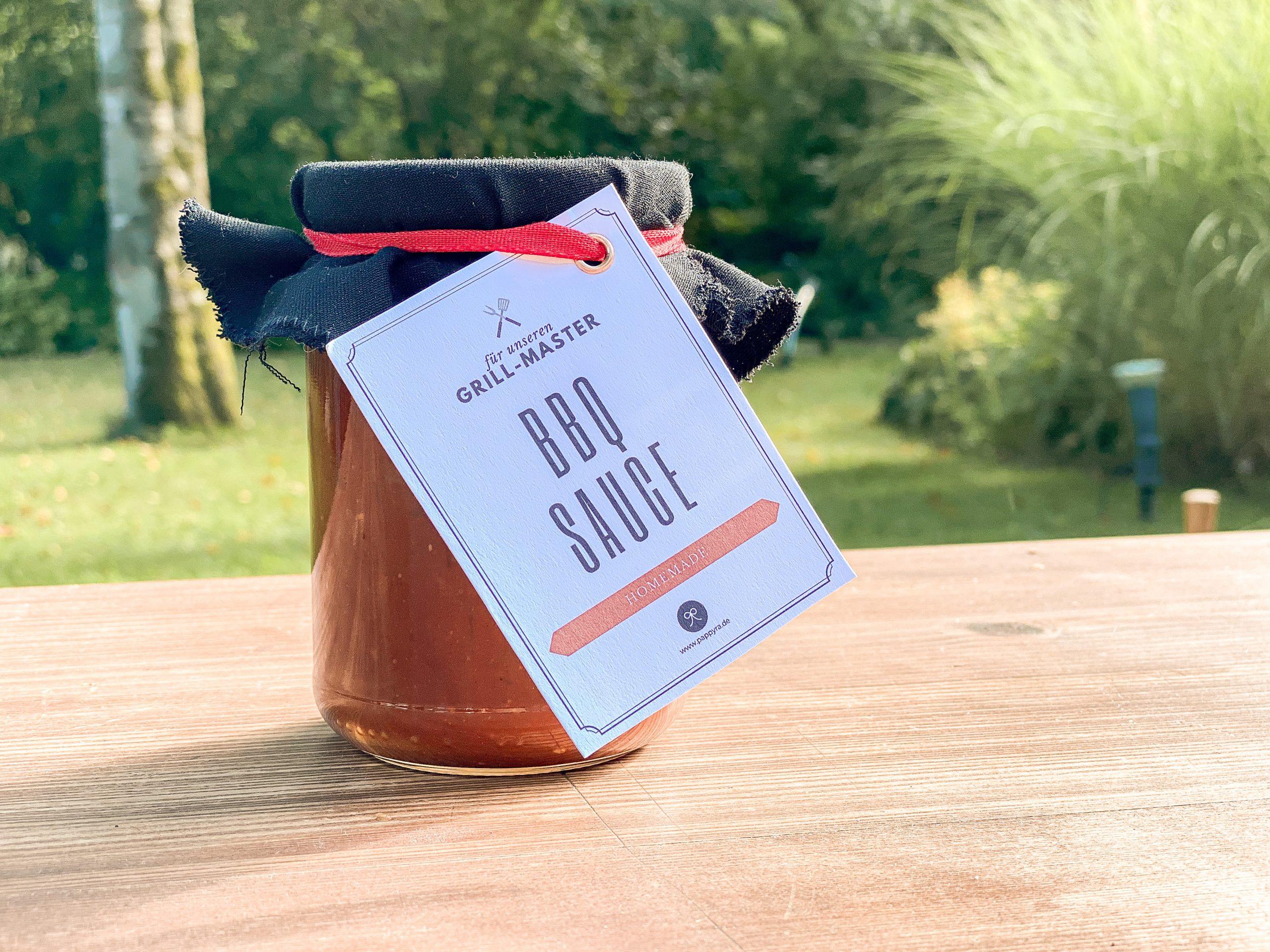 Selbstgemachte BBQ-Sauce in Einwegglas mit Geschenkanhänger.