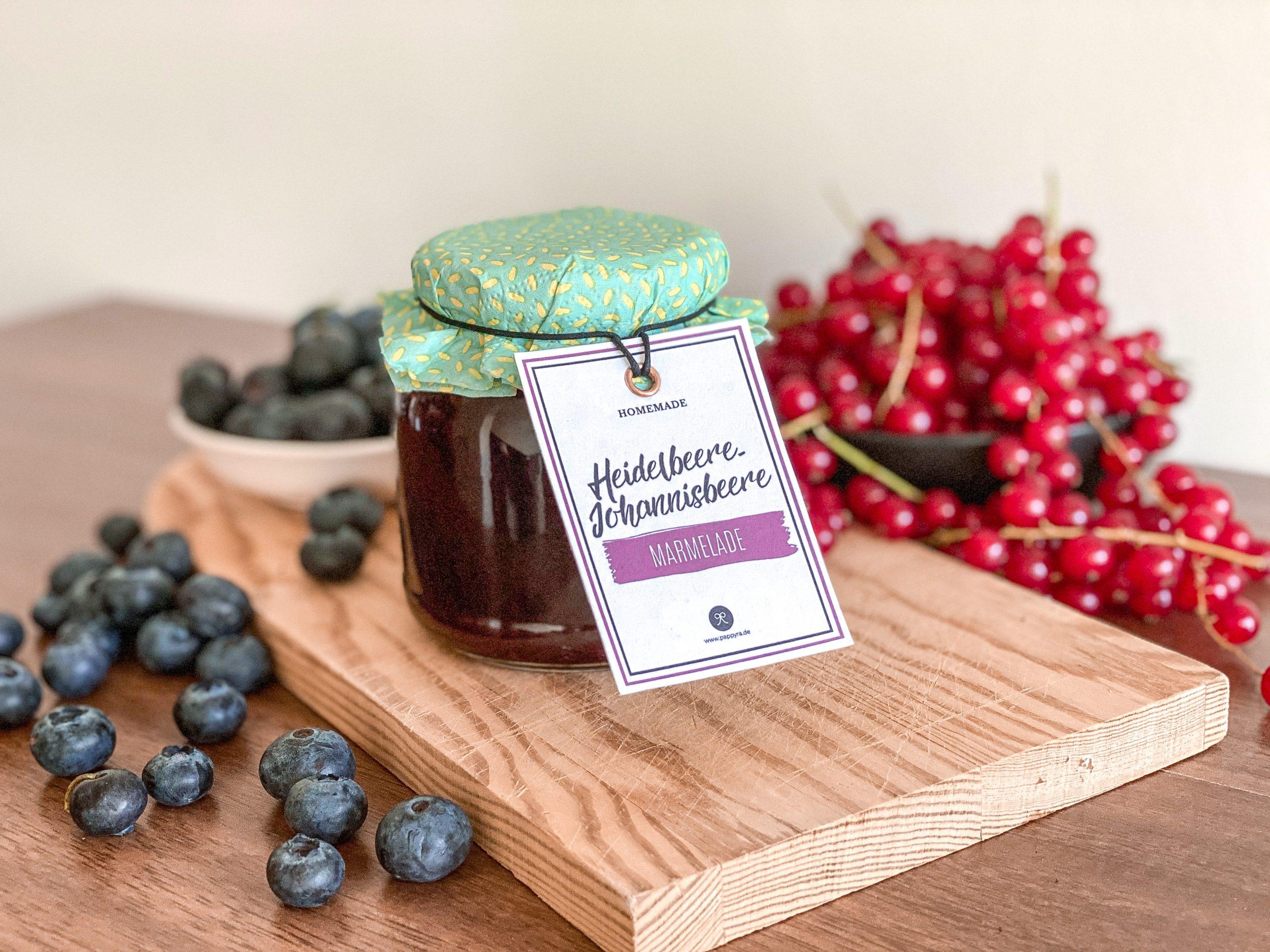 Selbstgemachte Heidelbeere-Johannisbeere-Marmelade mit schönem Etikett,