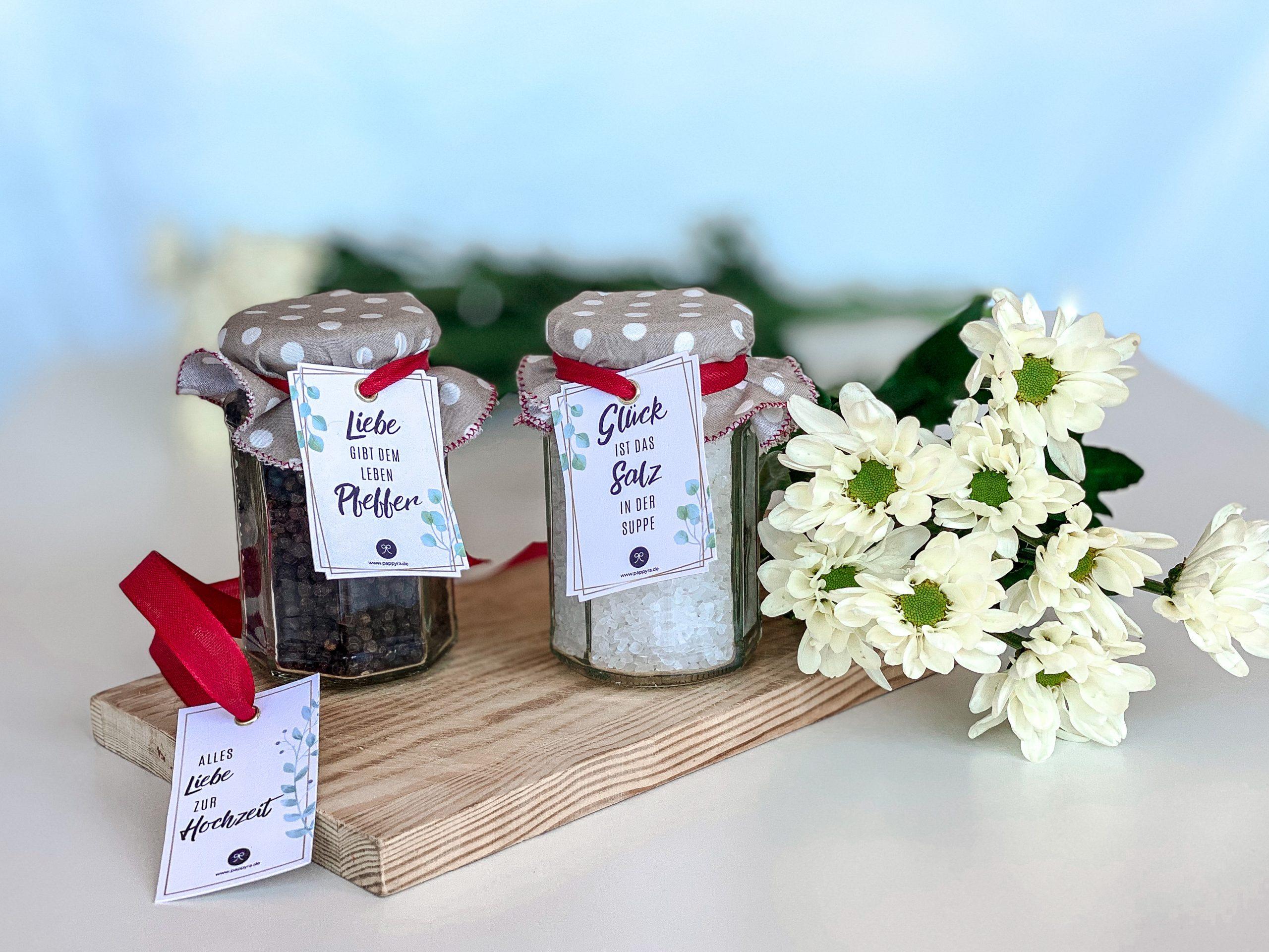 Mitbringsel zur Hochzeit: Salz und Pfeffer mit Geschenkanhängern.