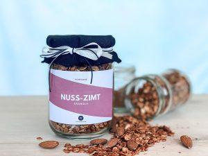 Selbstgemachtes Nuss-Zimt-Granola mit coolem Etikett.