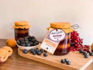 Selbstgemachte Ringel-Marmelade mit schönem Etikett,