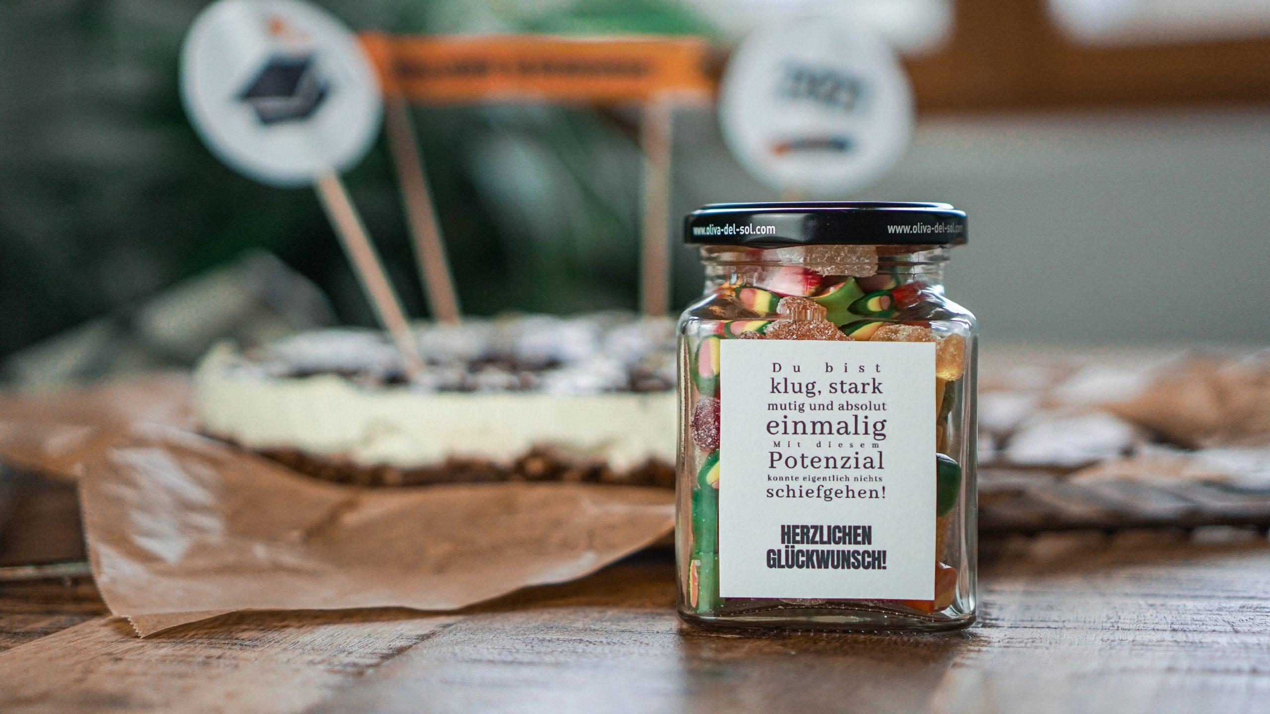 Einwegglas gefüllt mit Gummibärchen und Herzlichen-Glückwunsch-Etikett
