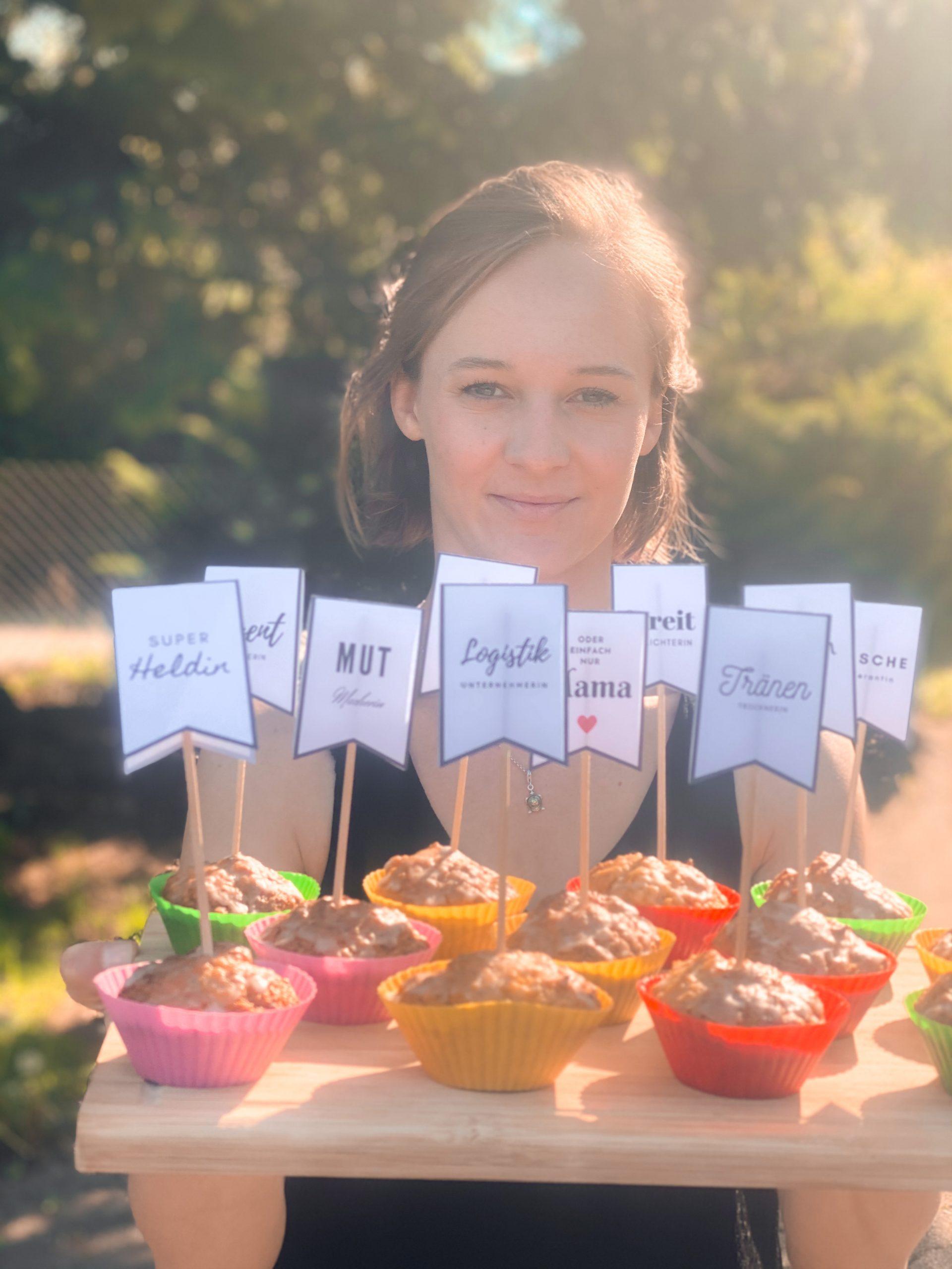 Tablet mit dekorierten Muffins zum Muttertag.
